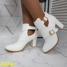 Ботинки демисезон на невысоком широком каблуке с пряжками белые