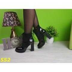 Ботинки на шнуровке с лаковым носком и пяткой