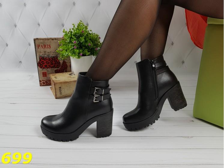 Ботинки деми на тракторной подошве удобный невысокий каблук с пряжками