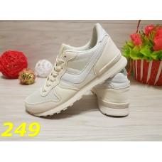 Кроссовки белые со значком