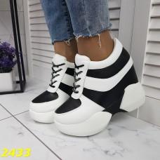 Сникерсы кроссовки на танкетке с платформой бело-черные