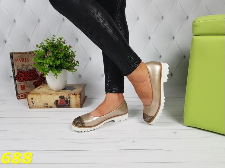 Туфли лоферы на тракторной платформе золотые шампань с носочком в голографических блестках