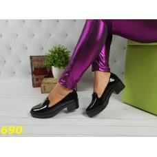 Туфли лоферы черные лаковые с замочком лезвие