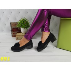 Туфли лоферы черные замшевые с меховым помпоном